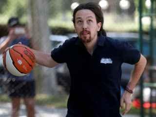 Pablo Iglesias jugando al baloncesto este sábado.