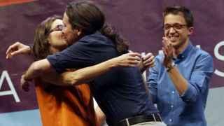 Pablo Iglesias (c), y la vicepresidenta de la Generalitat de Valencia, Monica Oltra, se besan y se abrazan.