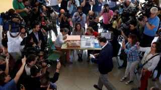 El líder del PP deposita su voto en una de las urnas del colegio Bernadette de Aravaca, Madrid