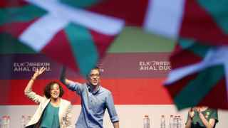 El jefe de campaña de Podemos, Íñigo Errejón y la cabeza de lista por Gipuzkoa, Nagua Alba, durante un mitin electoral de Unidos Podemos.