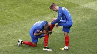 Payet rinde honor a Griezmann.