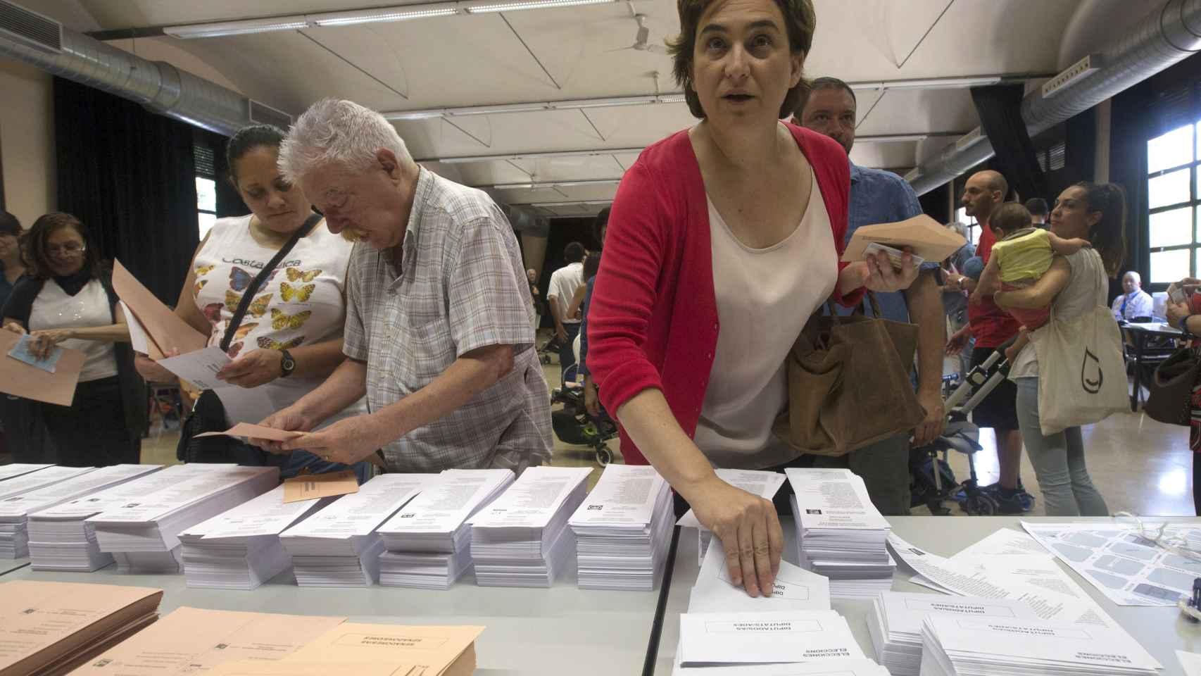 La alcaldesa de Barcelona, Ada Colau, en el momento de votar este domingo