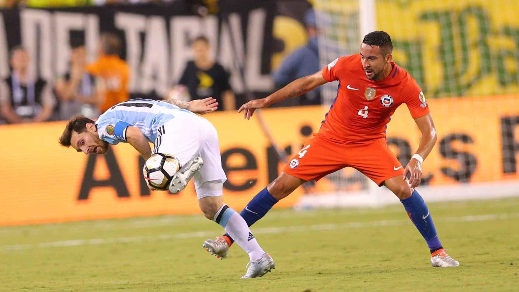 Messi en una jugada del partido contra el chileno Mauricio Isla
