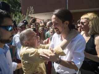 Un hombre abraza el pasado domingo a Pablo Iglesias al salir del colegio electoral.