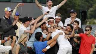 Marcus Willis celebra su victoria con sus familiares y amigos en Wimbledon.