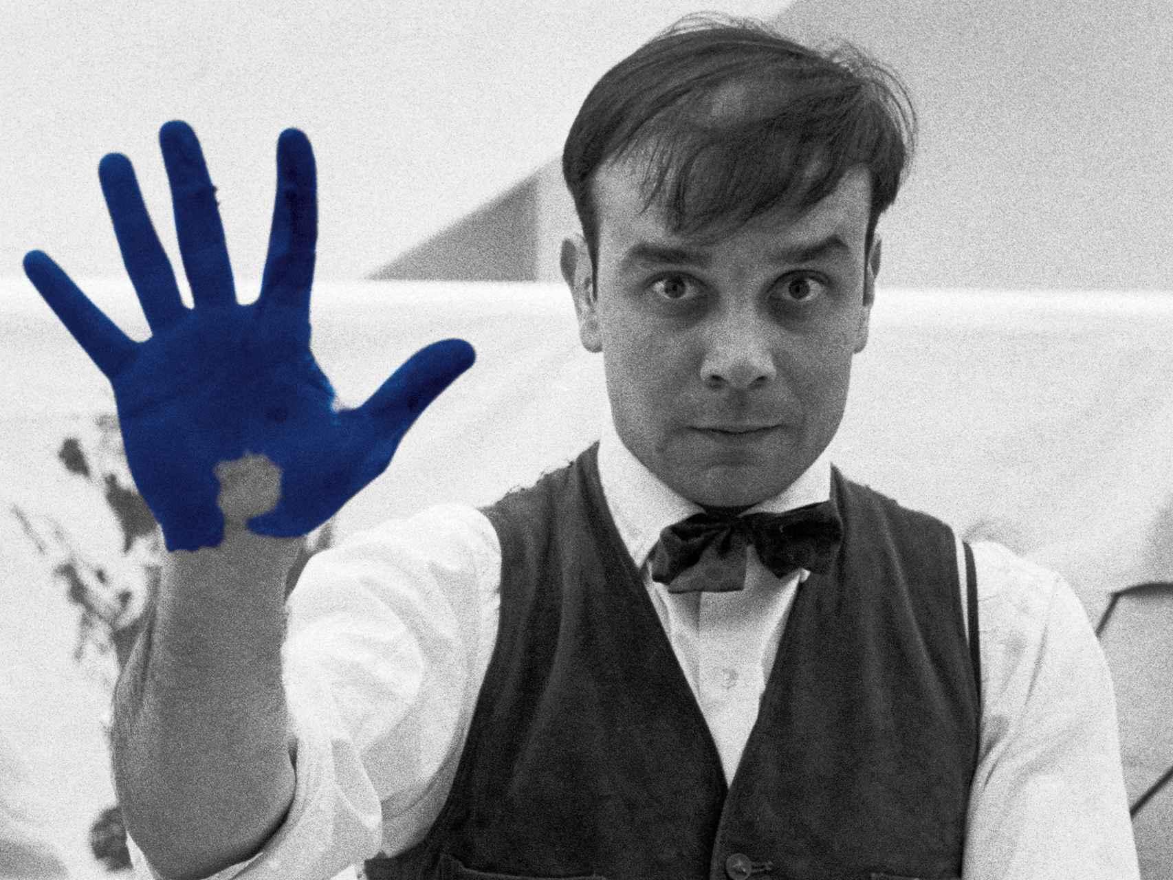 Yves Klein cubriendo su piel con el color al que dio nombre.