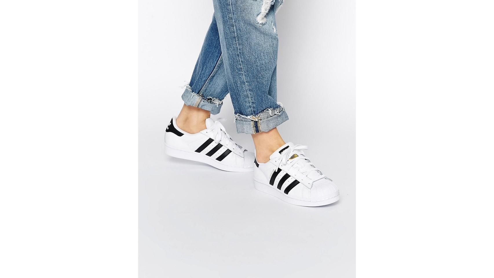 Zapatillas de deporte en blanco y negro Superstar de adidas Originals.
