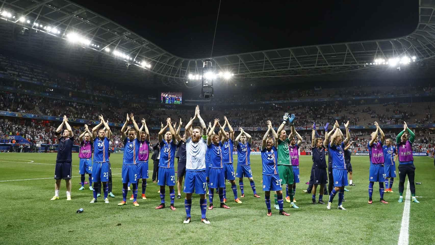 Los jugadores islandeses celebran su pase a cuartos de final