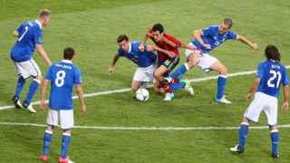 Sergio Busquets, rodeado de jugadores italianos en la final de la Eurocopa de 2012.