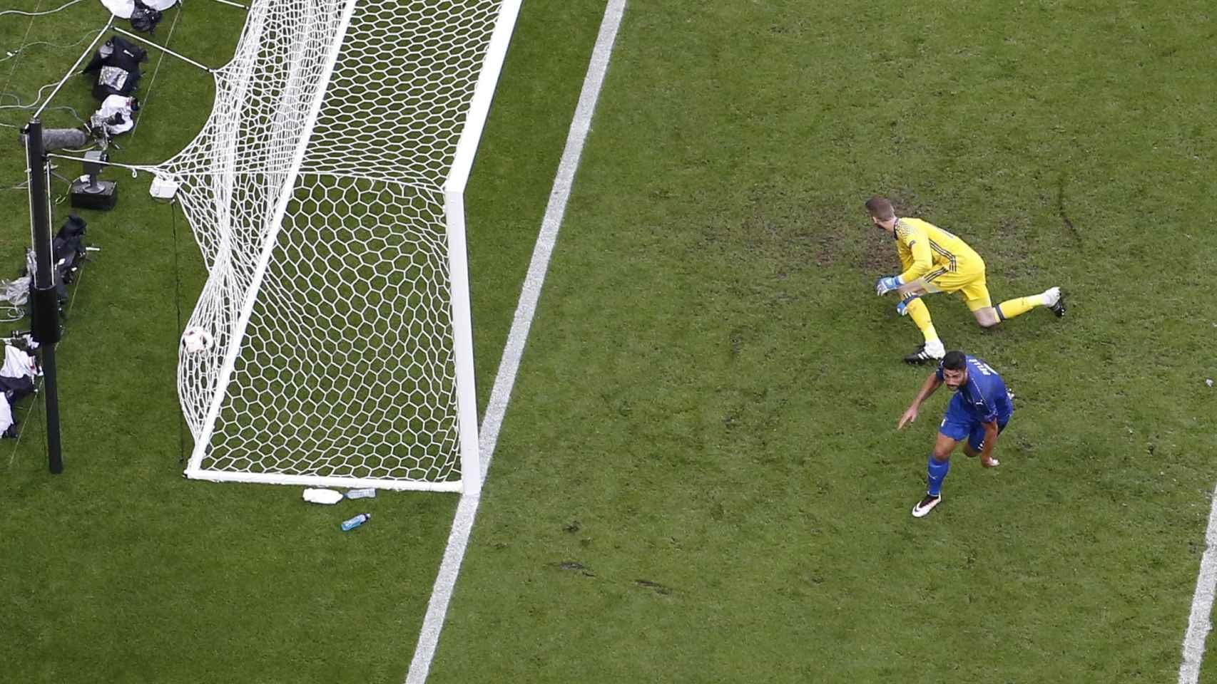 Italia marca el segundo gol del partido.