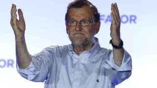 Rajoy, durante su comparecencia ante los simpatizantes en el exterior de la sede del partido.