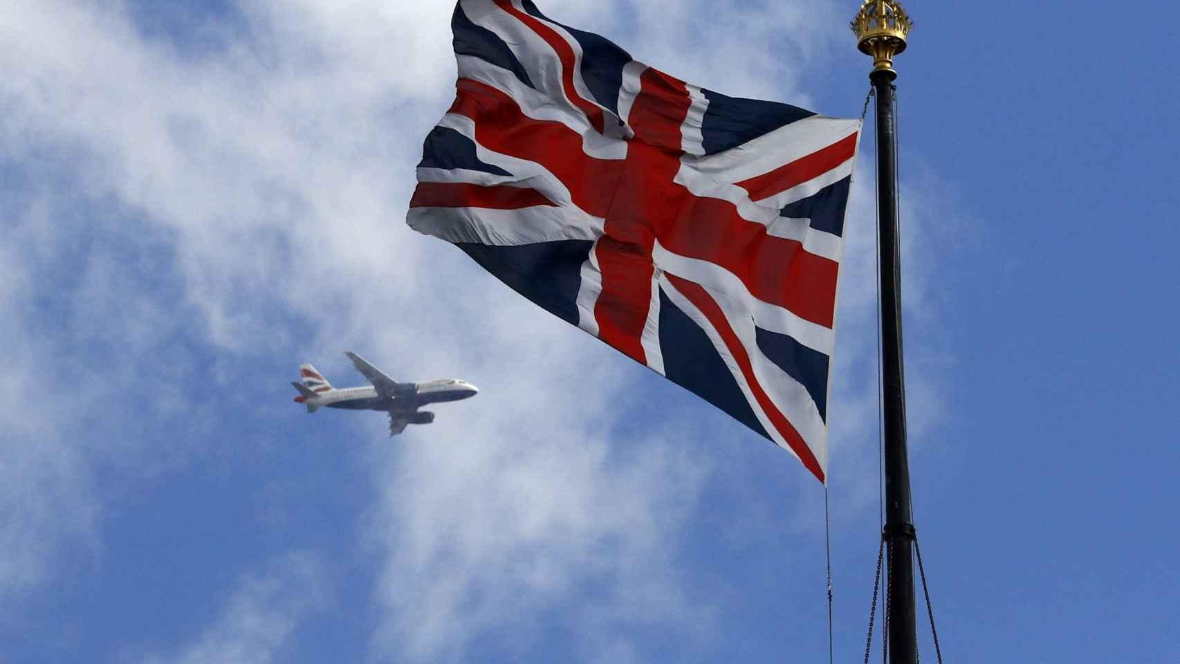 Un avión de British Airways sobrevuela Londres.