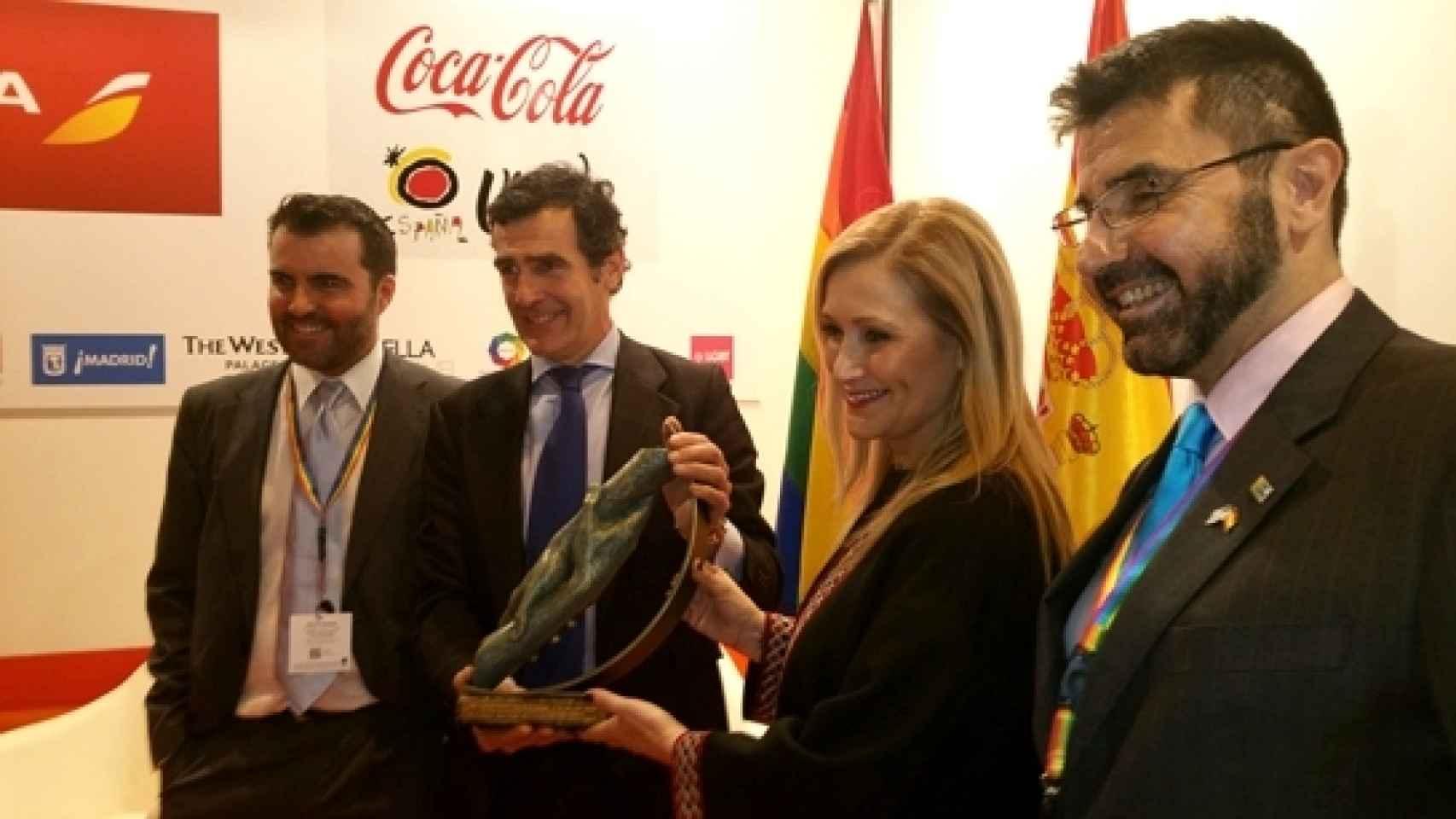 Juan Pedro Tudela recoge premio de manos de Cristina Cifuentes