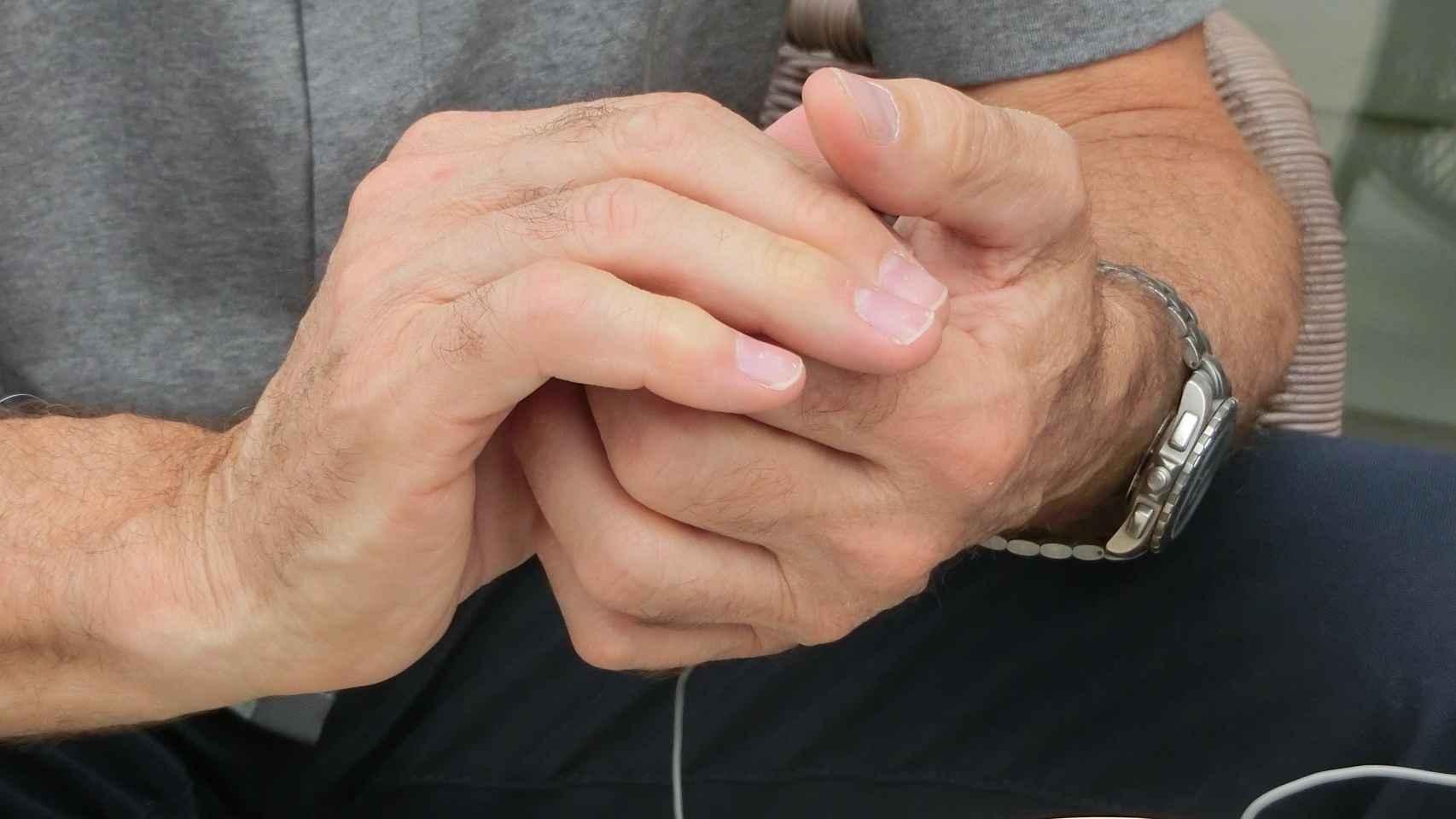 Las manos de Hadfield, manicuradas en el espacio.