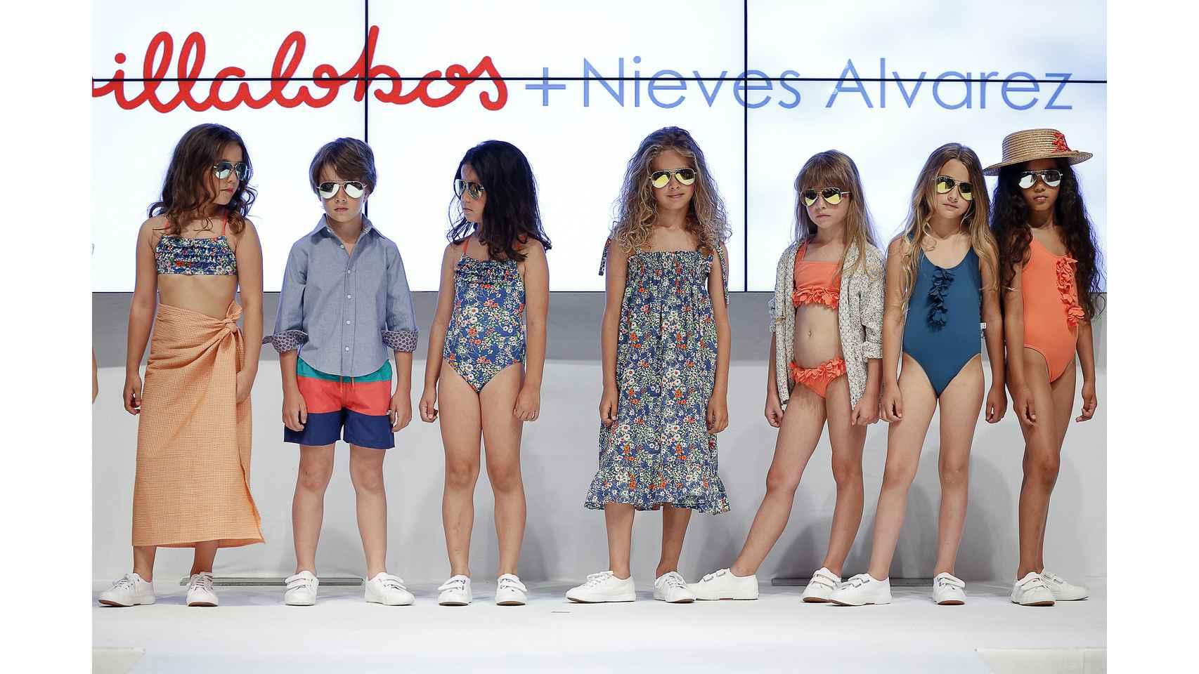 Los pequeños modelos lucieron a lo largo del desfile gafas de sol modelo aviador de Polaroid y zapatos de Superga.