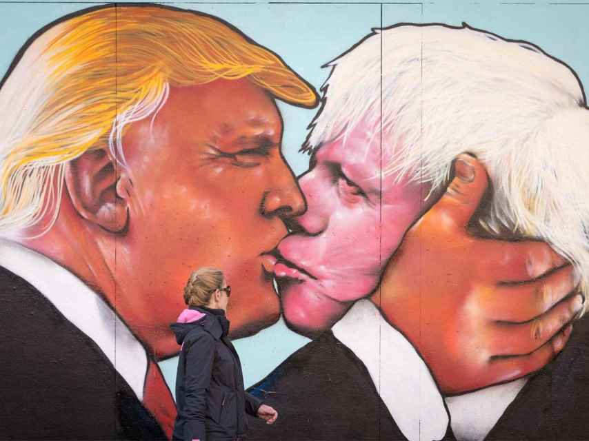 Un mural muestra a Donald Trump besando a Boris Johnson.