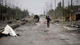 Un miembro de las fuerzas contraterroristas iraquíes pasea por las calles de Faluya.