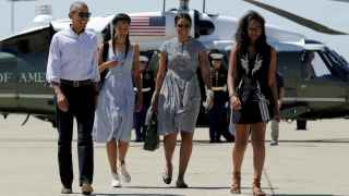 Barack Obama, su esposa Michelle y sus hijas Malia y Sasha, embarcando en el Air Force One.