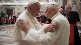 Los aprietos de la cohabitación papal: la sombra de Benedicto planea sobre Francisco