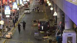 Varias víctimas yacen en el  suelo a la entrada de la terminal.
