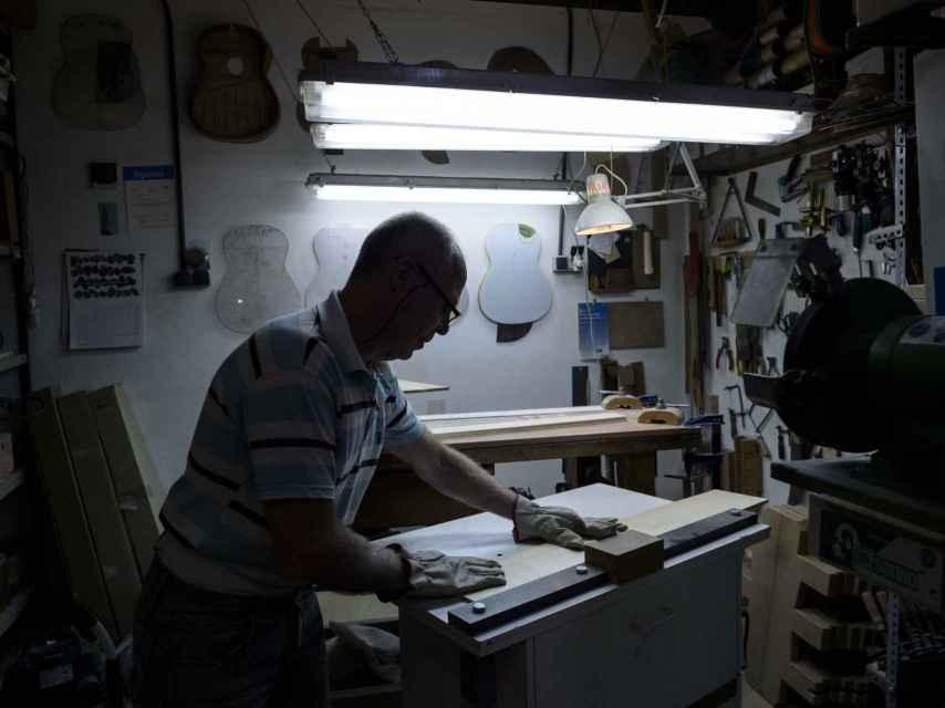 En el taller, dándole forma a una guitarra.
