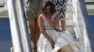 Michelle Obama y sus hijas, bajando del avión.