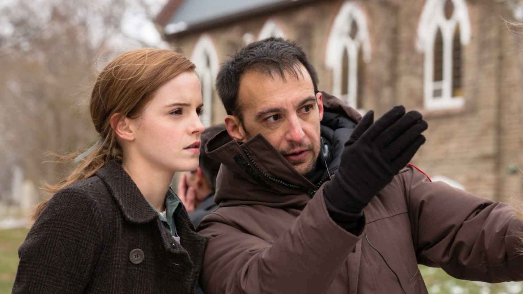 Emma Watson y Alejandro Amenábar en el rodaje de Regresión.