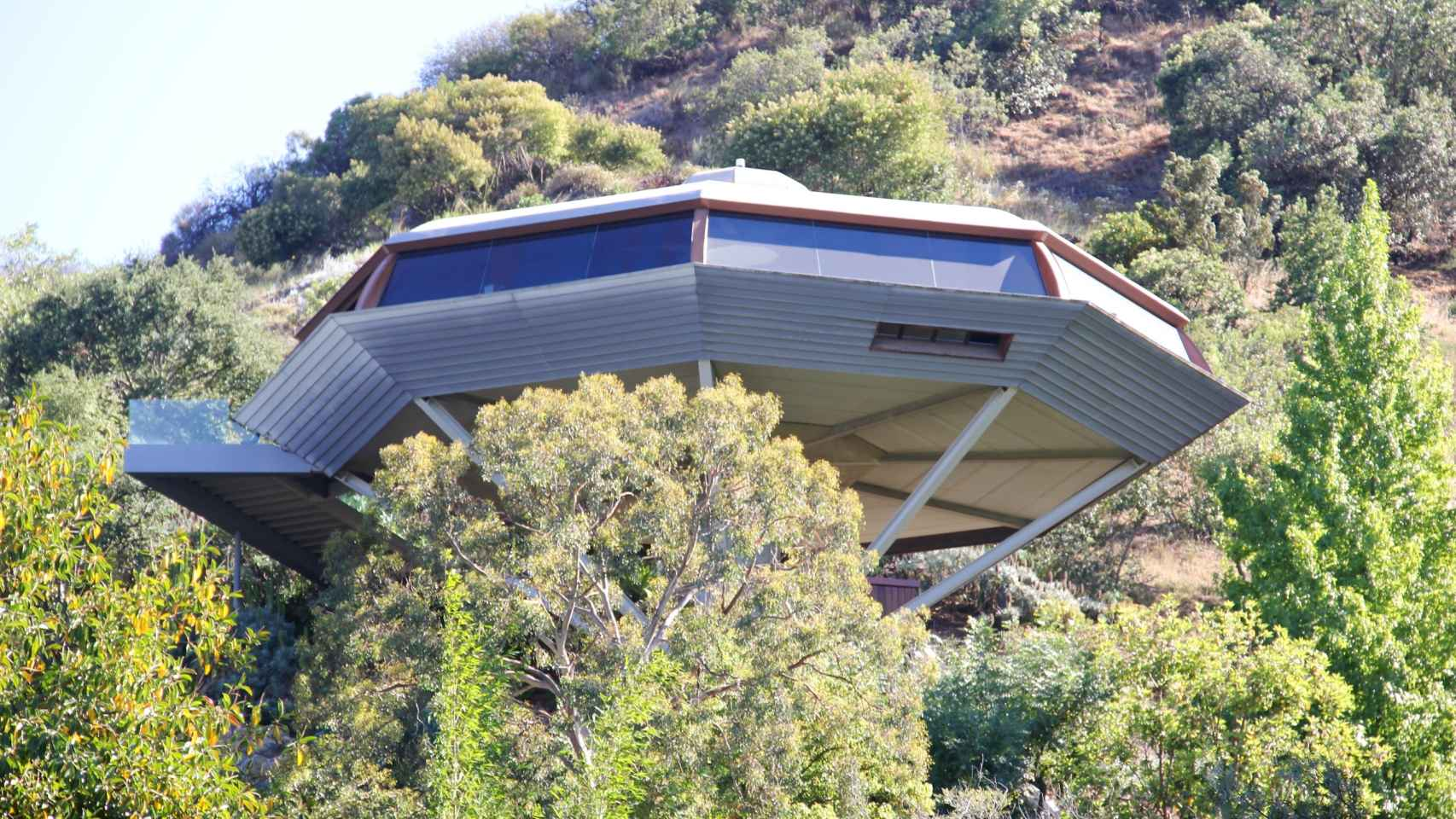 Chemosphere, diseñada en 1960 por el arquitecto John Lautner, se asoma a las colinas de Hollywood sobre Mulholland Drive, mirando al Valle de San Fernando, orgullosa de ser, en su día, la casa más moderna del mundo.
