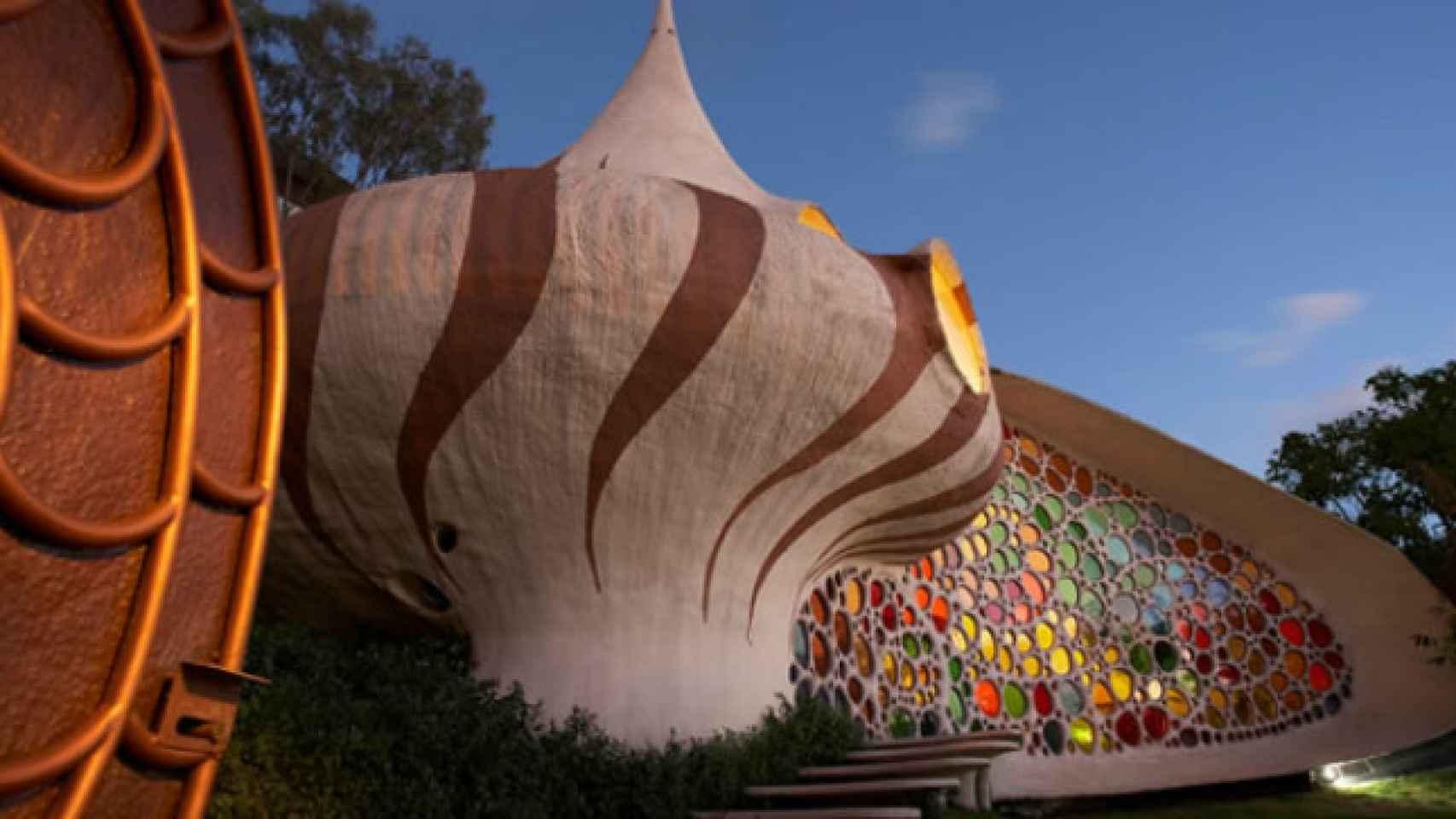 El arquitecto mexicano Javier Senosiain es célebre por sus sinuosas creaciones arquitectónicas, casi vivas. Como esta casa concha llamada Nautilus.