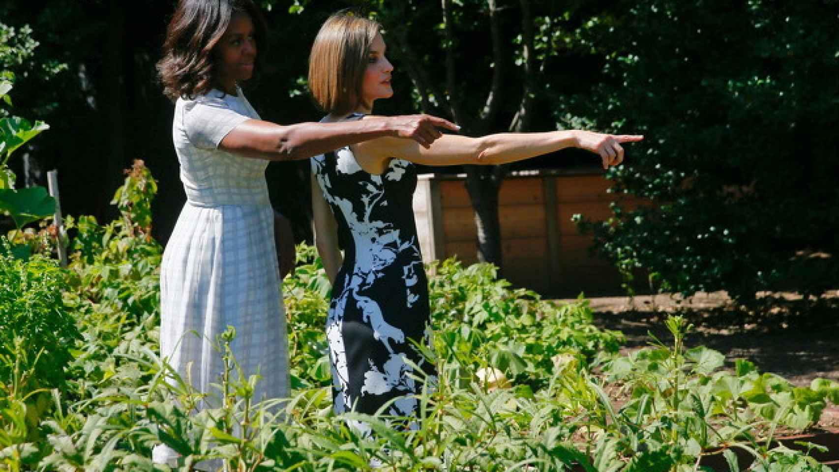 Michelle Obama enseñando el huerto ecológico a Letizia