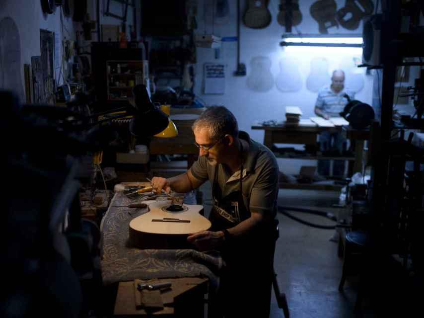Un empleado de la guitarrería retoca los últimos detalles de Áurea.
