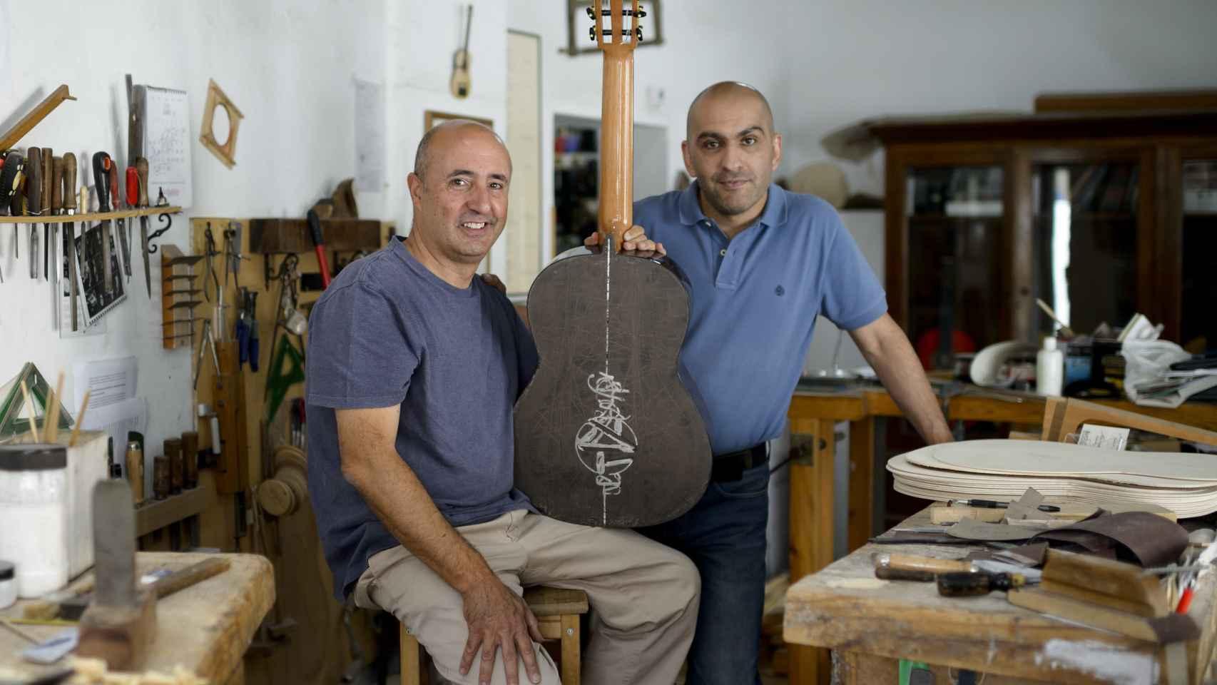 Mariano Conde y el artista Javier Liébana han creado una obra de arte de seis cuerdas.
