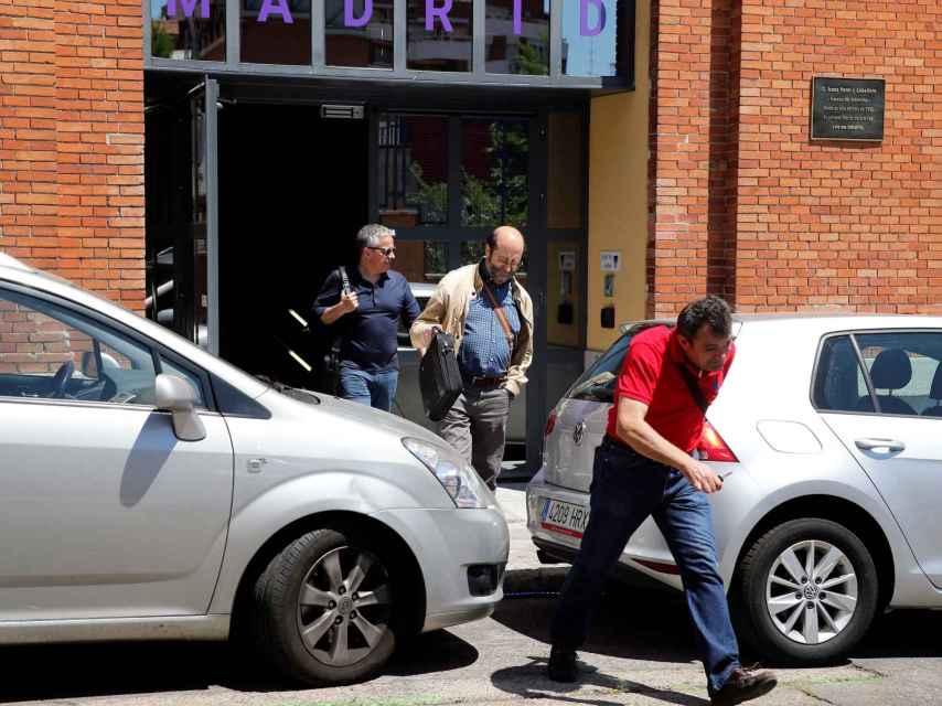Agentes de la AEAT a su salida del Google Campus de Madrid