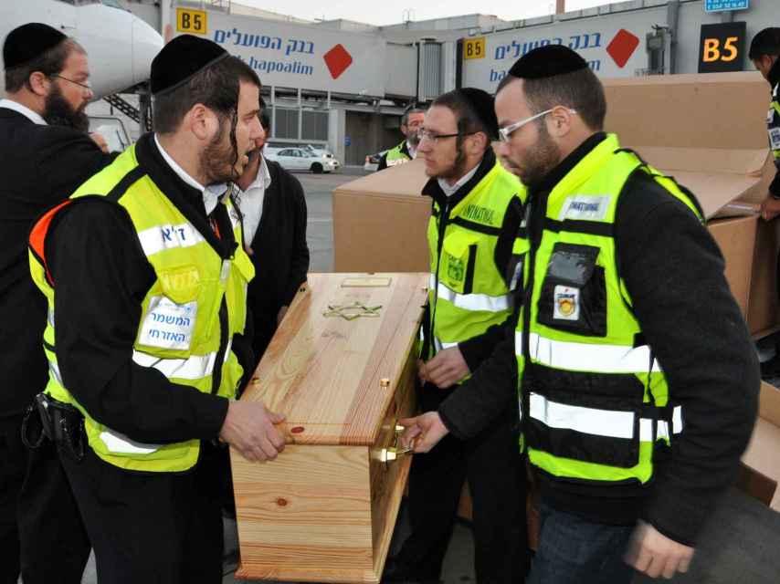 Uno de los ataúdes de una de los niños asesinados en la escuela judía Ozar Hatorah.