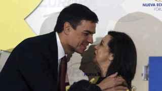 Margarita Robles y Pedro Sánchez se saludan en una conferencia el pasado mayo