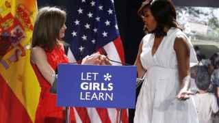 La reina Letizia felicita a la primera dama de EEUU, Michelle Obama, tras la conferencia hoy en Madrid sobre su iniciativa Let Girls Learn