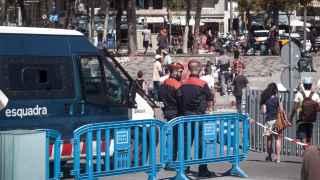 Dos policías observan la actividad de los manteros en Barcelona