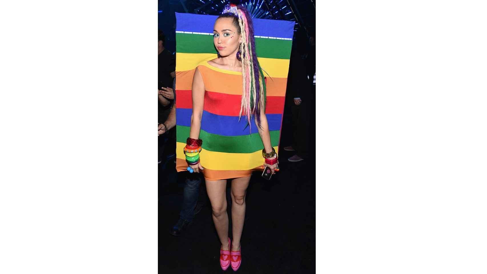 Miley Cyrus en los 'MTV Video Music Awards' 2015 con vestido de Agatha Ruiz de la Prada.
