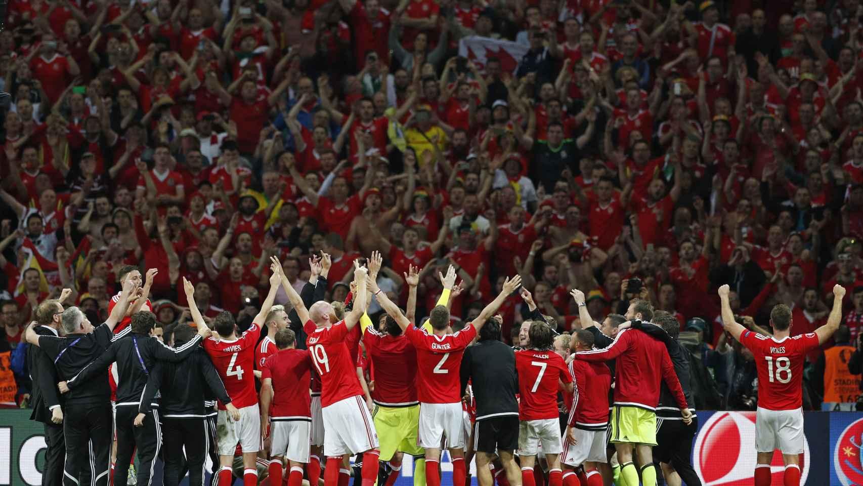 La selección galesa celebra el pase a semifinales con su afición.
