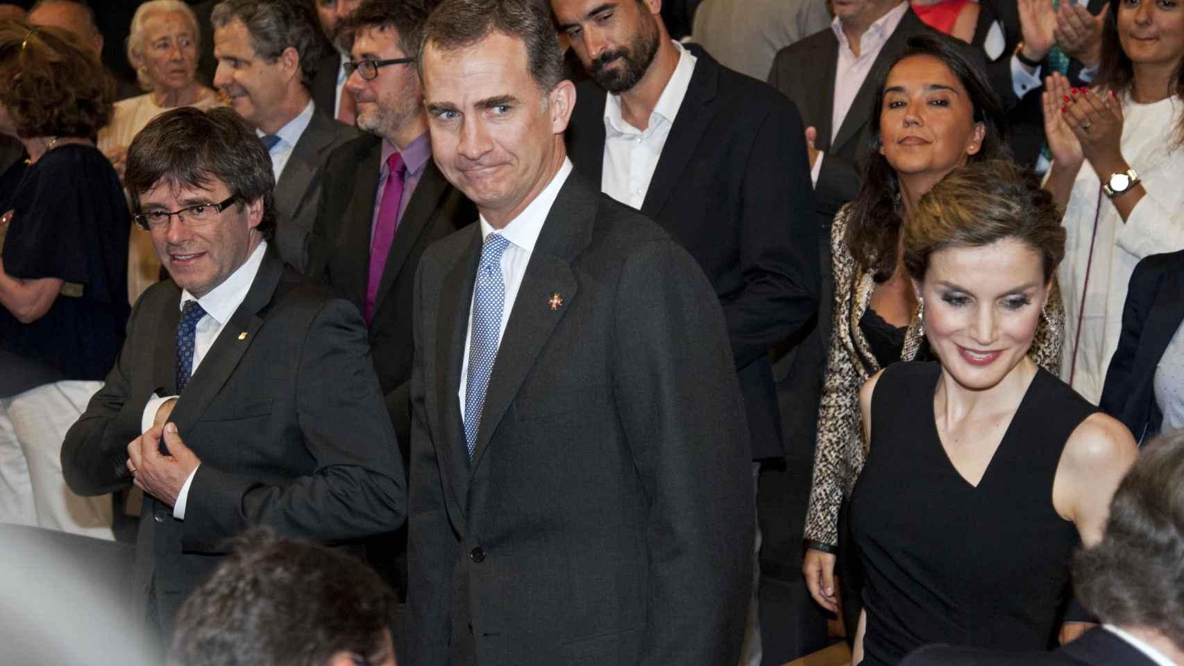 Los reyes posan junto a Carles Puigdemont en Girona.