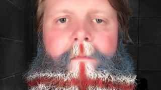 Selfie de Hugi Gudmundsson tras pintarse la barba con la bandera de Islandia para animar a su equipo.