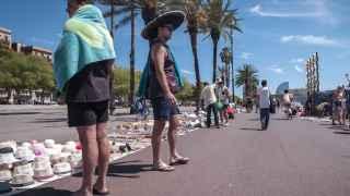 Unos turistas pasean por el barrio de la Barceloneta
