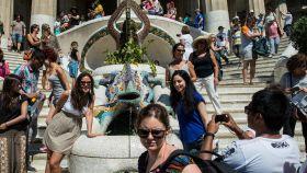 Turistas tomando fotografías en el Parque Güell de Barcelona