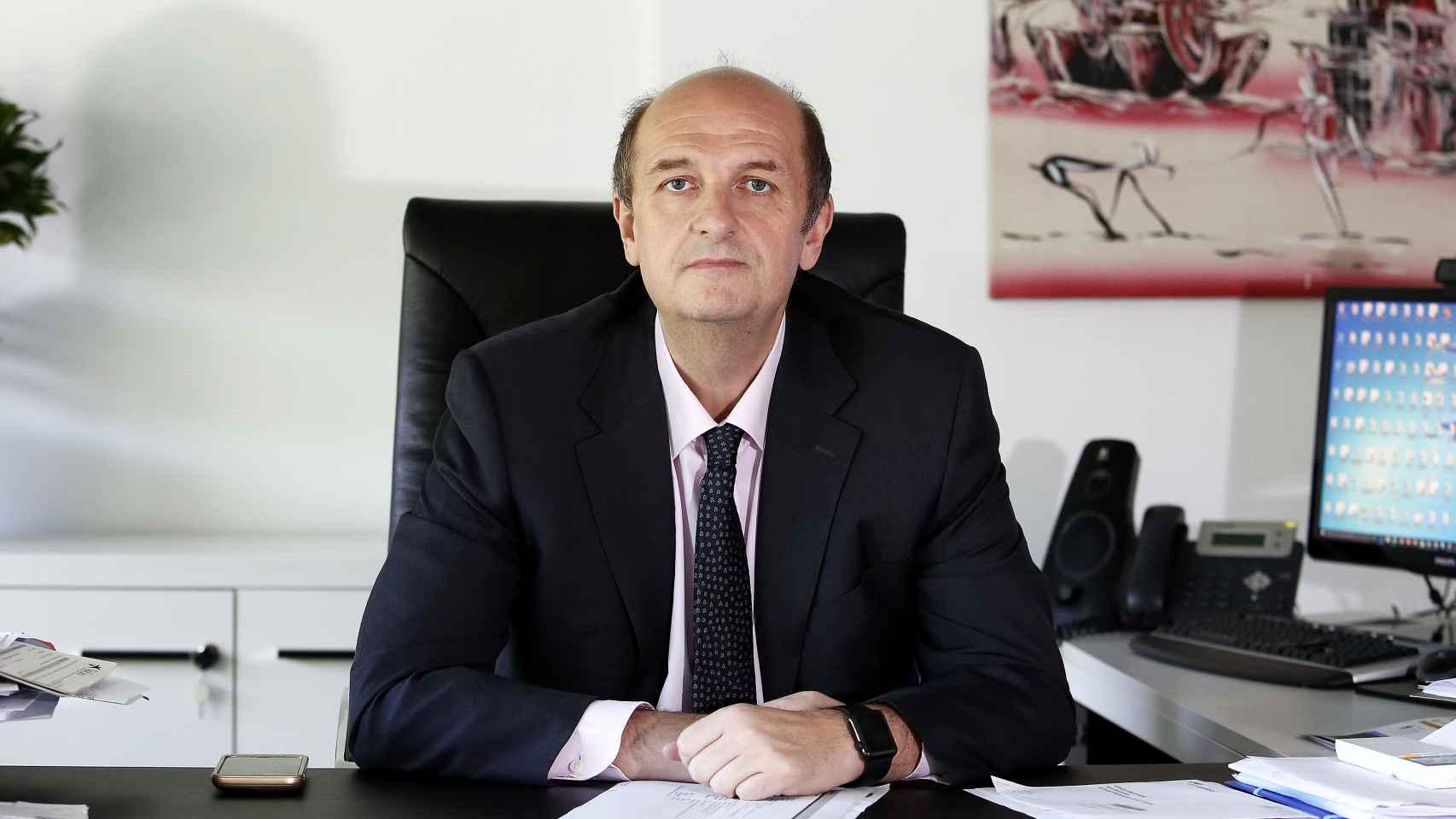 Alfonso Cabeza en su despacho.