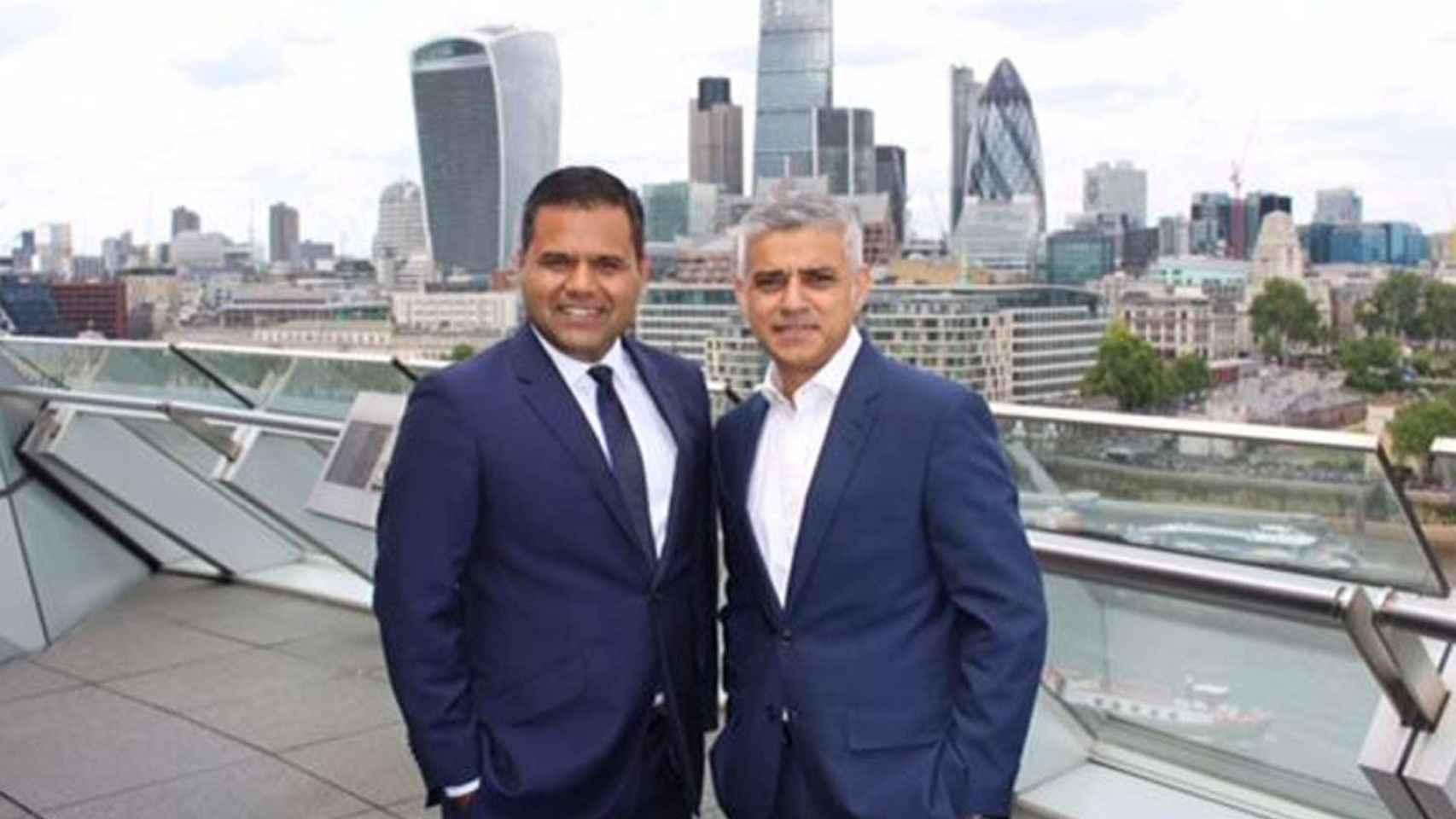 Agrawal, junto a Sadiq Khan, en el City Hall de Londres.