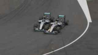 Momento del toque entre Rosberg y Hamilton.