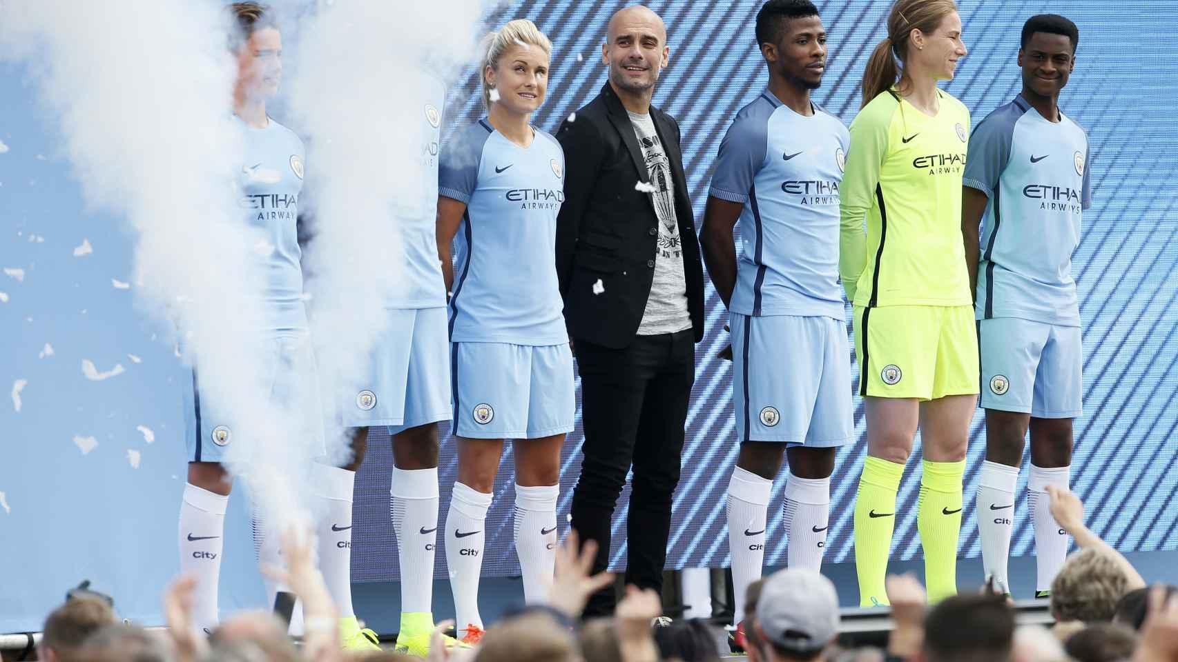 Guardiola posa junto con los jugadores, que presentaron la nueva equipación del City.