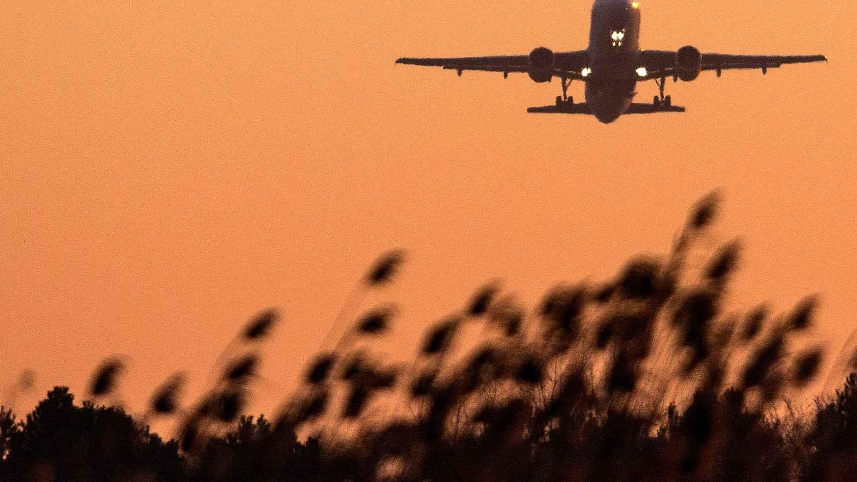 Un avión de Vueling despega del aeropuerto del Prat.