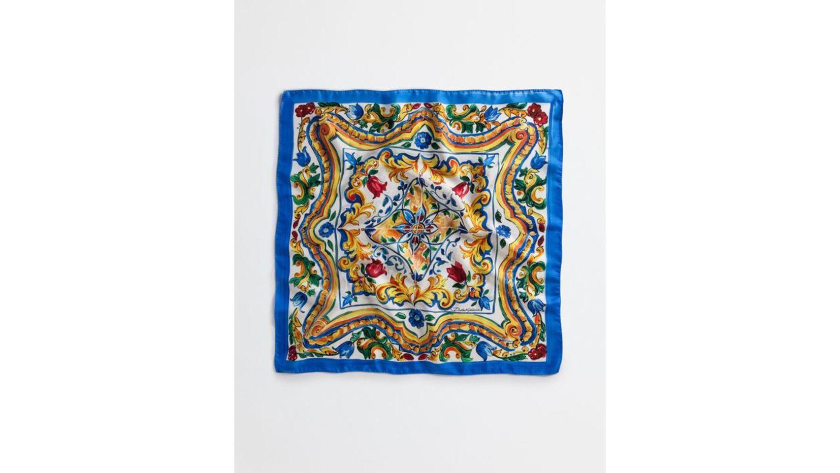 Pañuelo en seda para completar tu look de Dolce Gabbana verano 2016.
