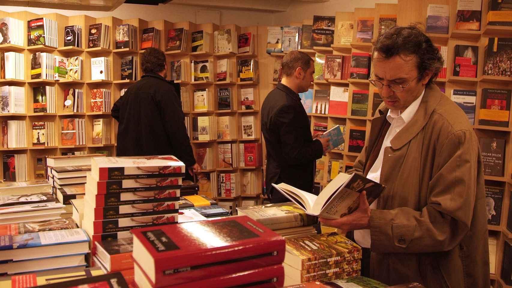 Clientes en la librería Antonio Machado.
